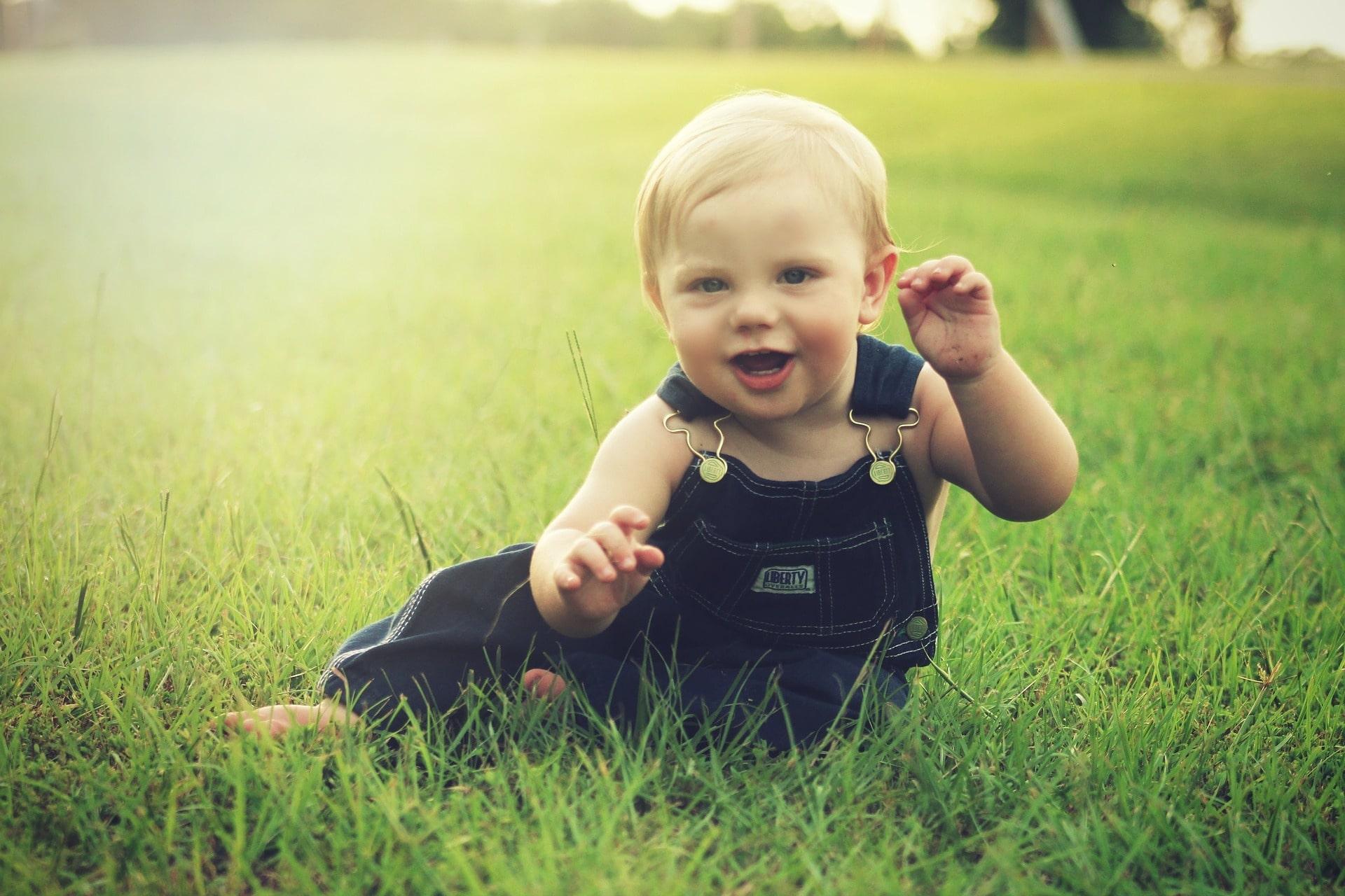 Малыш на траве