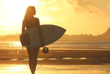 Девушка-серфер