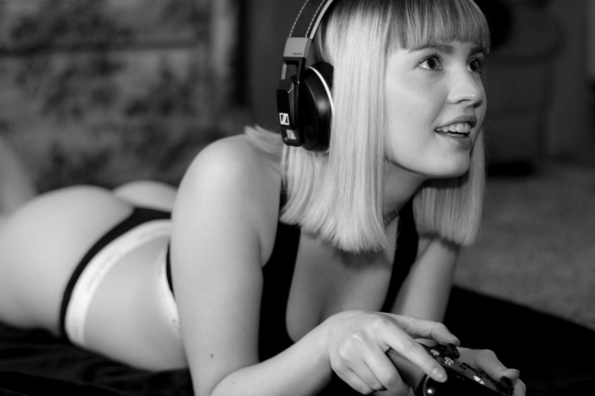 Девушка играет